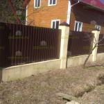 Забор из профлиста фото на кирпичных столбах и ленточном фундаменте
