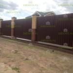 Забор из профнастила с фундаментной лентой и кирпичными столбами1