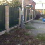 Забор из профнастила с фундаментом и кирпичными столбами