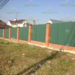 забор из профнастила С8 и ростверка с кирпичными столбами