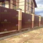 забор из профнастила с фундаментной лентой и кирпичными столбами