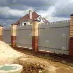 забор из профнастила с фундаментной лентой и кирпичными столбами изнутри