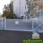 Фотография откатных ворот на стоянке