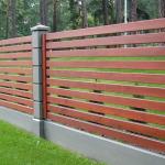 деревянный забор в горизонтальном исполнении с бетонными столбами