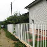 сварной забор на даче, белый