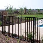фото сварной забор на даче у бассейна