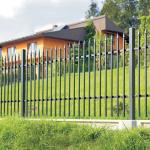 забор металлический сварной в коттедже