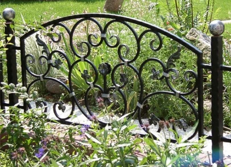 Декоративный забор для клумбы из металла