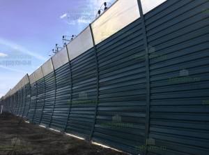 Фото простого, наклонного шумозащитного забора высотой 4м из профнастила и сотового поликарбоната