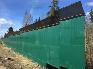 Фото простого шумозащитного забора высотой 3-4м из профнастила и козырька из сотового поликарбоната