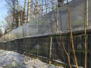 Шумозащитный экран над бетонным забором