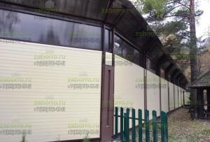 Шумозащитный экран из сэндвич панелей и поликарбоната