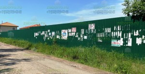 Забор из профнастила со стороны дороги