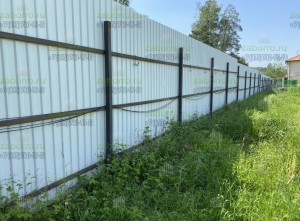 Прошлый забор из профнастила в коттеджном поселке
